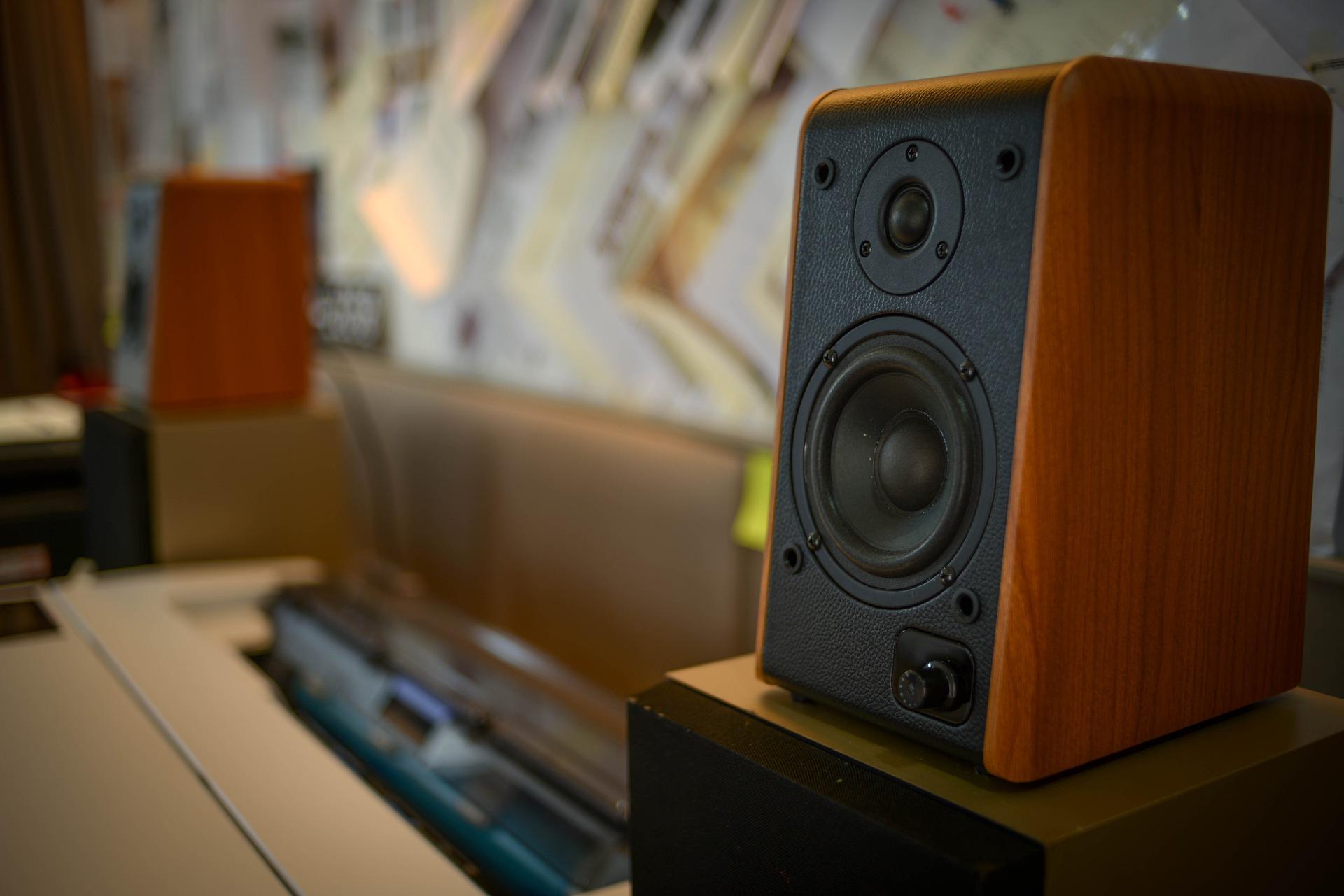 Welke radiostations luisteren we het meest op het werk?